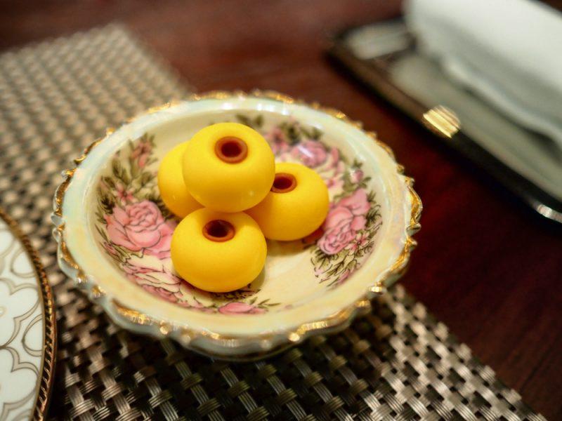 """""""เสน่ห์จันทร์"""" เป็นขนมที่ได้แรงบันดาลใจมาจาก 'ลูกจันทน์' ผลไม้พื้นบ้านที่มีผลสุกสีเหลืองเปล่งปลั่ง"""