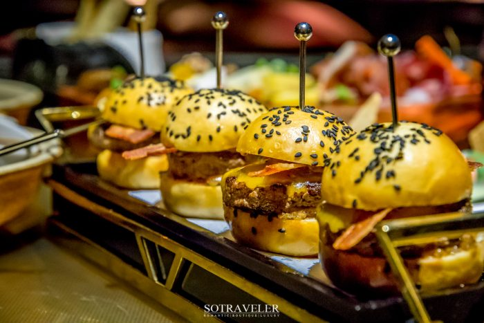 Wagyu Beef Burger with Crispy Bacon and Cheddar Cheese (540.- บาท)