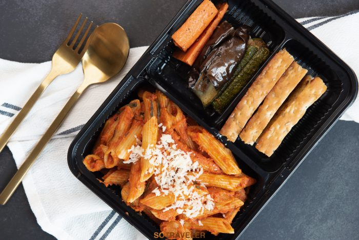 เพนเน่ผัดขอสมะเขือเทศและพริกแห้งกับไส้กรอกอิตาเลียนหมู ขนมปังกระเทียม (ราคา 200 บาทสุทธิ)
