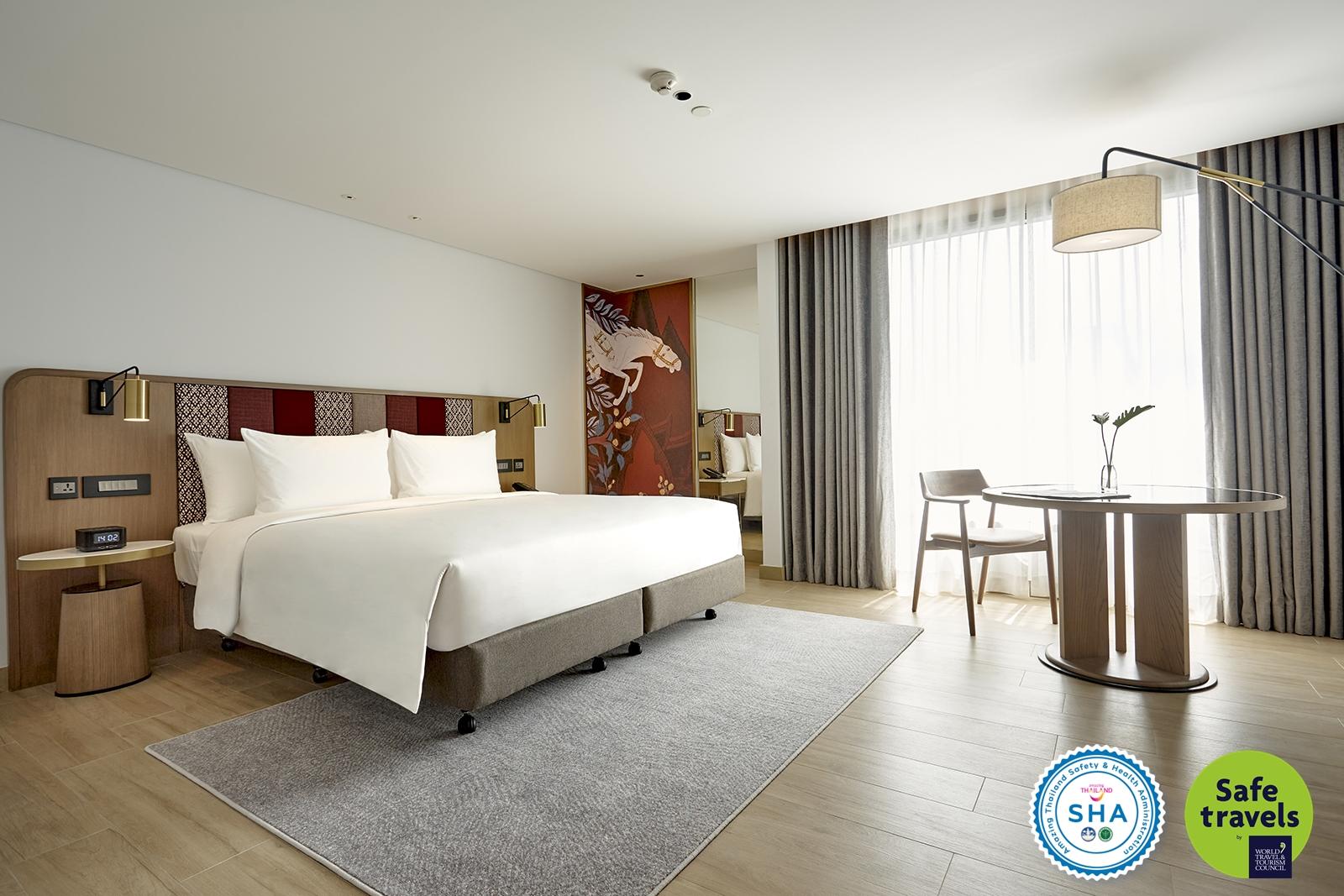 Montien Surawong Deluxe Room