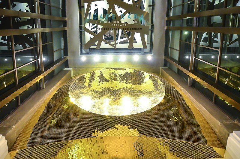 เมื่อเดินเข้าประตูมา แหงนหน้ามองข้างบนจะเห็นสถาปัตยกรรมสีทอง นี้เด่นสง่าอยู่ ผมคิดอยู่ในใจ . . .แหงนมองขึ้นไป เหมือนกำลังได้รับการถ่ายทอดพลัง ความโชคดีบางอย่าง ด้วยแสงสีทอง และลักษณะของการเปร่งประกาย สื่อความหมายไปในทิศทางบวก