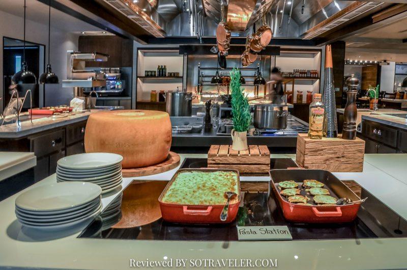 โกจิ คิทเช่น แอนด์บาร์ (Goji Kitchen & Bar) เห็นการทำอาหาร
